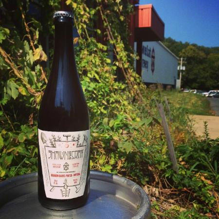 Shawnee on Delaware, Πενσυλβάνια: A bottle of our Bourbon Barrel Porter in front of the brewery.