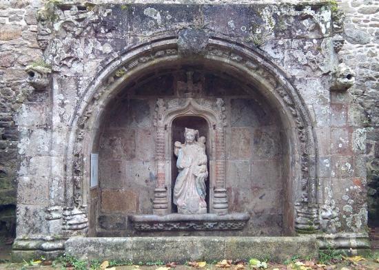 Quintin, France: Belle fontaine du XVème à l'extérieur (100 m) de la basilique