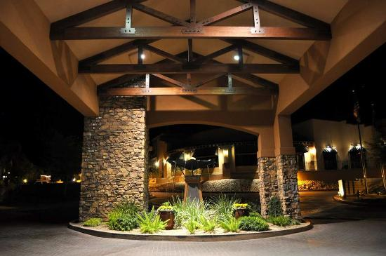 Embassy Suites by Hilton Tucson Paloma Village: Front entrance at night