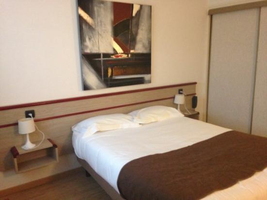 Hotel Hermes Bourgogne Dijon: chambre spacieuse