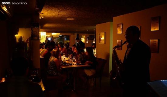 Salão principal. Saxofonista toda sexta-feira