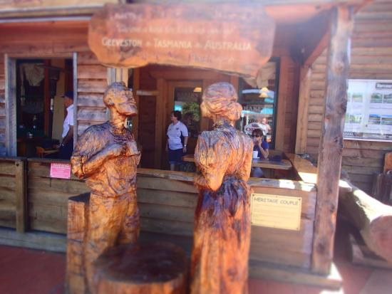 Geeveston Bakery and Pie Shop: Fine wood carving.