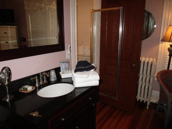 Beaufort House Inn: Hazleton room looking towards the bathroom