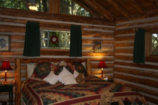 Guest House Log Cottages: Bedroom