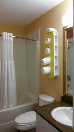 Motel 6 Cache Creek BC: Guestroom Bathroom