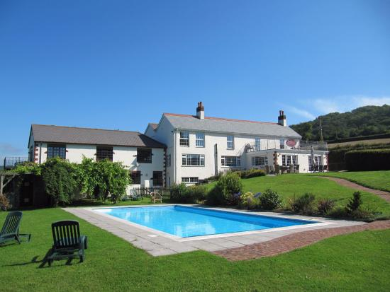 Sidbury, UK: Pool and hotel