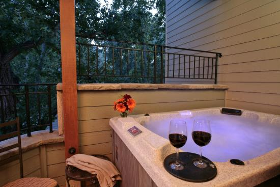 Avila Village Inn: Deluxe room with private outdoor hot tub