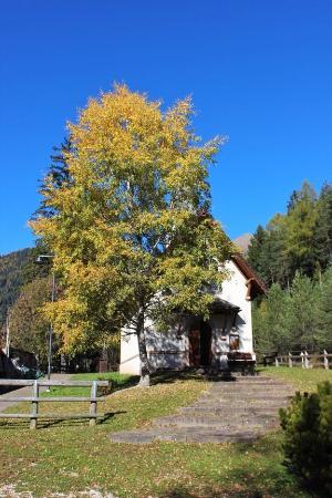 Tesero, Italien: La cappella nel foliage
