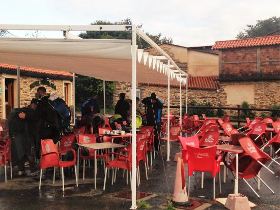 Lavacolla, Hiszpania: in the good weather you can sit and have a beer.
