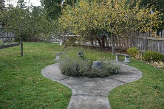 Mansons Landing, Canada: Heritage garden seating area
