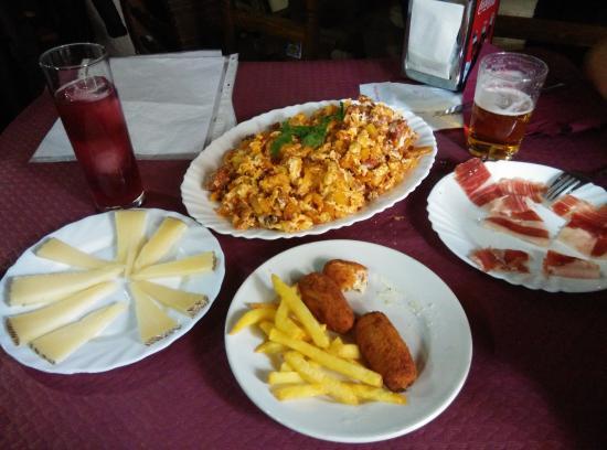Braseria La Taberna: Revuelto con chorizo y tapas varias