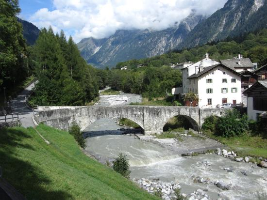 Bregaglia, Szwajcaria: View of the Museum (right) by the Bridge in Stampa