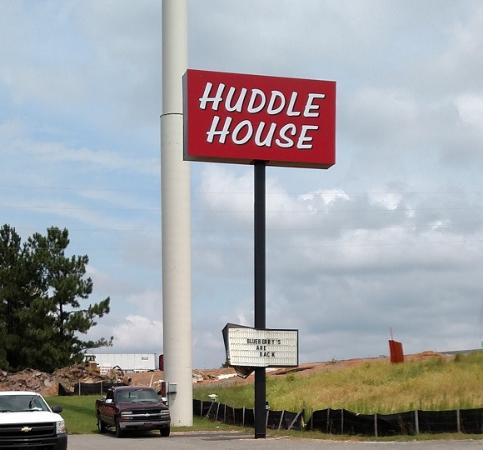 Huddle House: Street sign - Aug 2015