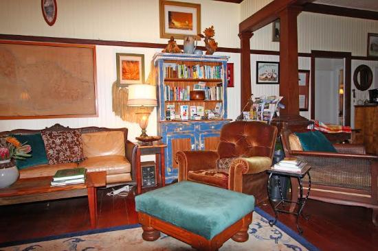 Makawao, Hawaje: Relax  and enjoy living room library