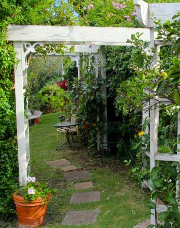 Makawao, Hawaje: path into the garden