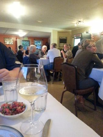 Philo, CA: Busy 6 PM Thursday night dining room - full house