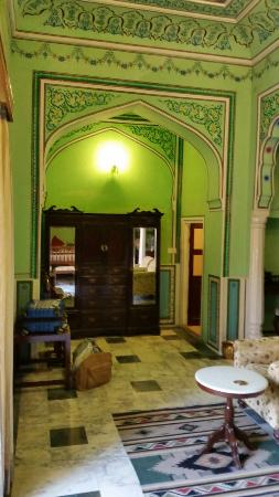 Narain Niwas Palace: Room area - opposite from bed