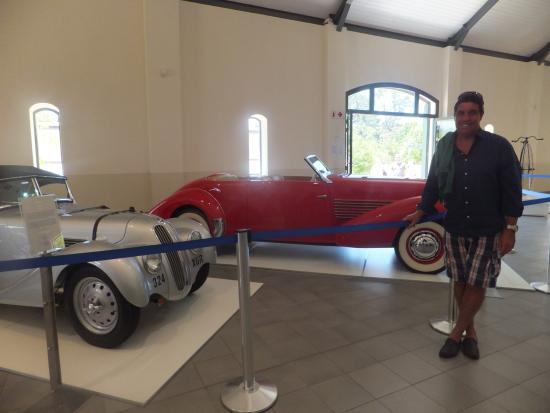 Franschhoek, Sudáfrica: My husband enjoying the red car
