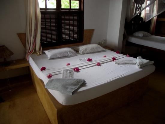 Stopover: bedroom - bed decorated with flowers
