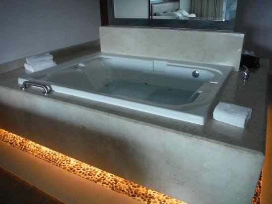Isla Palace Room Hot Tub Bat