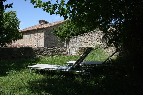 Sant Marti de Llemena, Hiszpania: Tumbonas al lado de la piscina natural