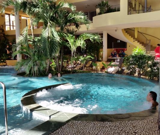 Campi Bisenzio, إيطاليا: piscina con idromassaggio