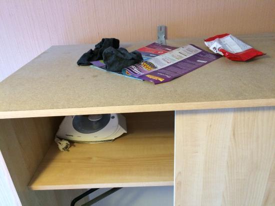 Dörenkamp Hotel: Schrank mit kaputter Tür und dreckigen Socken und Müll von anderen Gästen