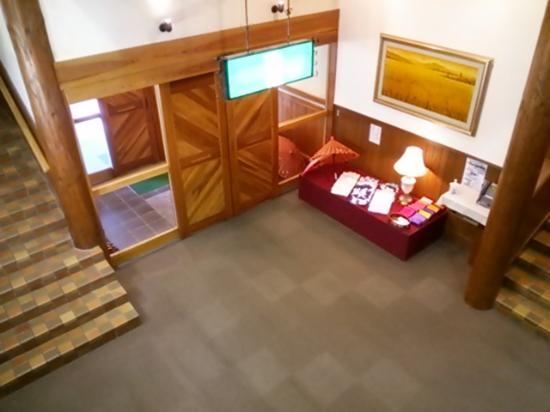 Plaza Hotel Sanrokuso Annex Shikisai: エントランス(女性にはすきな浴衣を選べます・右テーブルの上)