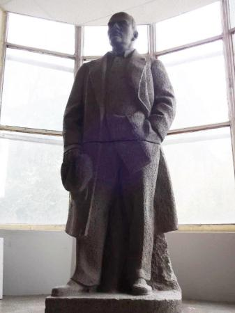 ‪Sculpture of Lenin‬