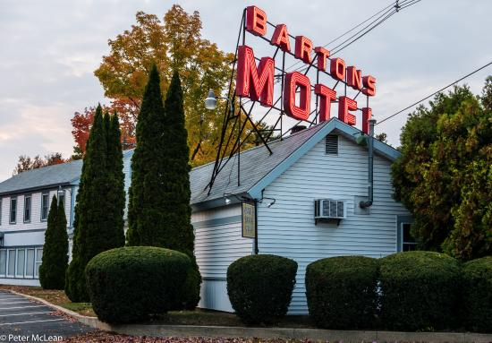 Barton's Motel: The front neon sign