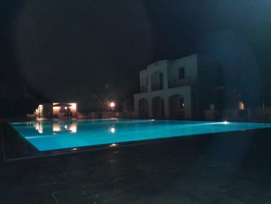 Pembroke, Malta: piscina di notte
