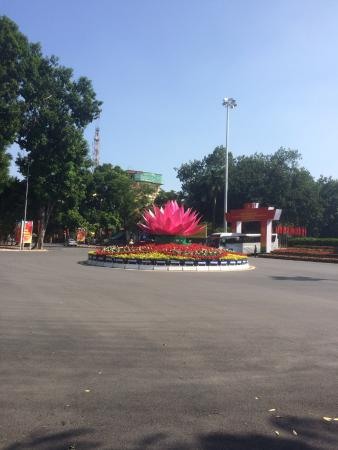 Cultural Friendship Palace (Cung Van Hoa Huu Nghi): Lotus op rotonde