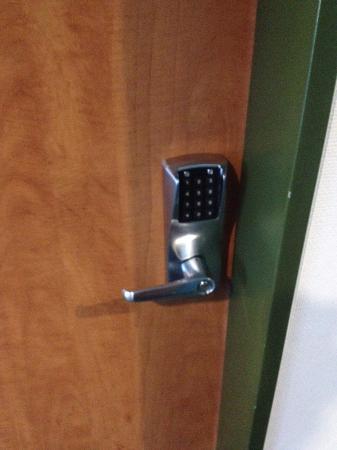 B&B Hotel Augsburg: o acesso ao quarto se dá por meio de um código