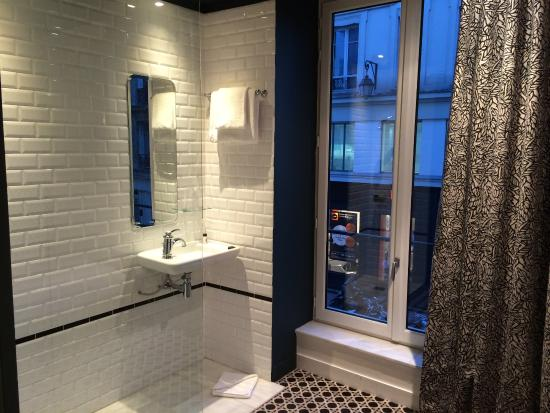 Hotel Emile Parijs : Bathroom with a view to the street picture of hotel emile paris
