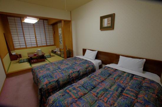 Hotel Towadaso : 予約当初より広い部屋らしい でも荷物は置くスペースはありません。