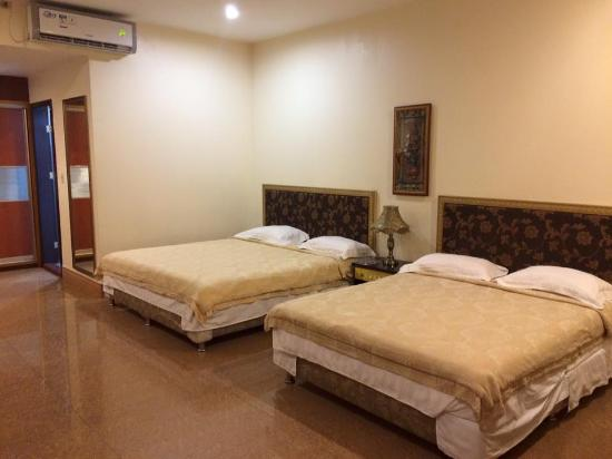 Yim Saan Hotel & Restaurant: Two king size beds