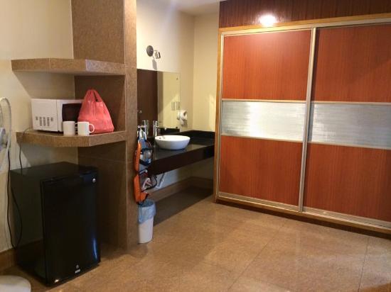 Yim Saan Hotel & Restaurant: Washstand and closet