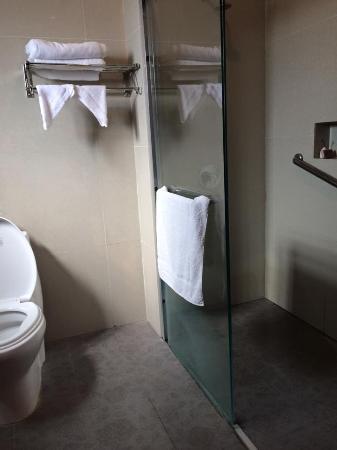 Yim Saan Hotel & Restaurant: Bathroom