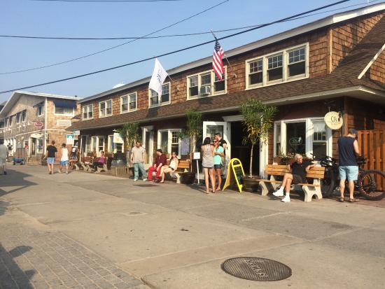 CJ's Restaurant & Bar: OUTSIDE
