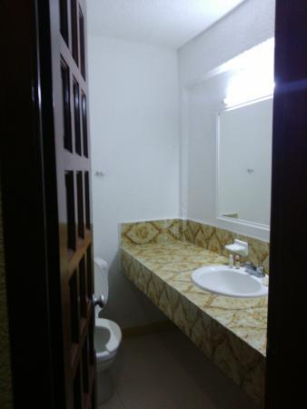 Hotel Batab: Habitación y pasillos