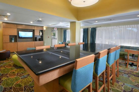 Holiday Inn Express & Suites High Point South: Breakfast Seating Area