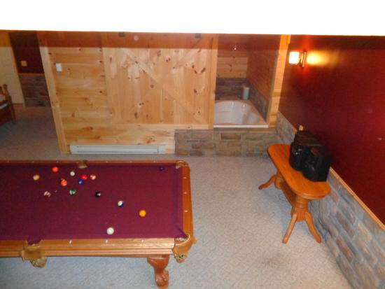 Coblentz Country Cabins: Pool table and jacuzzi