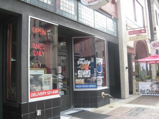 Lenny's Sub Shop: Entrance from sidewalk