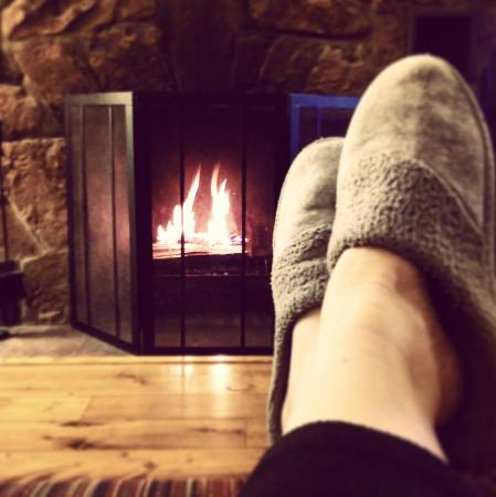River Rock Cottages: Relaxing by the delightful Wapiti fireplace