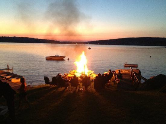 Richfield Springs, estado de Nueva York: bonfire on Canadarago lake