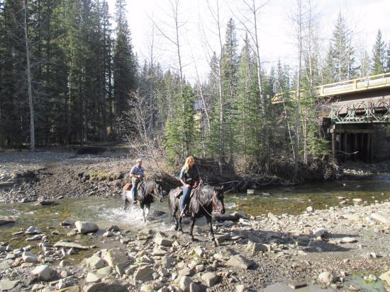 Bragg Creek, Kanada: Katie & Bob crossing a river