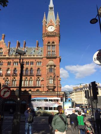 Jesmond Dene Hotel: St. Pancras Train Station up the street from the hotel