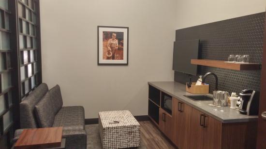 TV and Wet Bar Area - Picture of Hotel Vandivort, Springfield ...