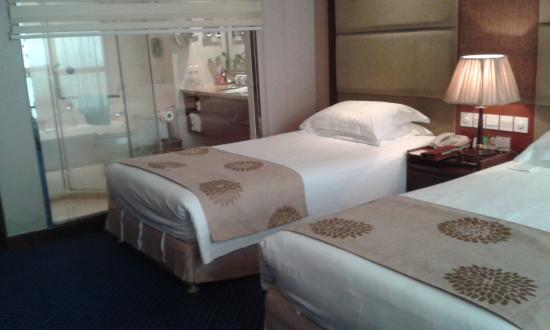 Guomao Grand Hotel: Room view with bathroom in the back -