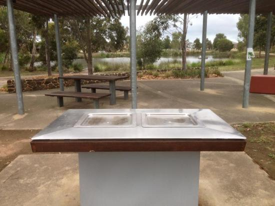 Cairnlea Lakes: Electric BBQ